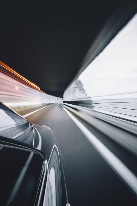 Fahrzeug in einem Tunnel, verschwommene Aufnahme
